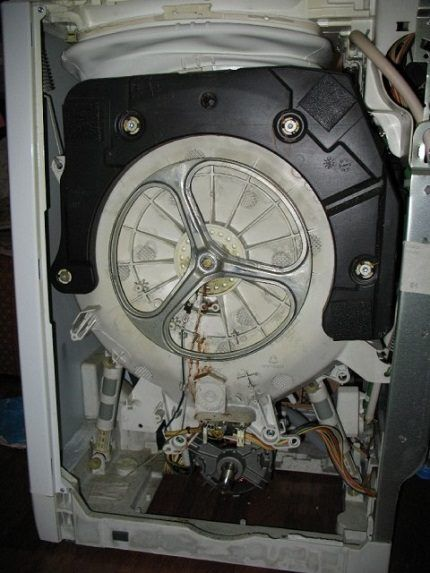 Разобранная машинка с вертикальной загрузкой