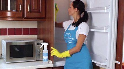 Мытье холодильника изнутри