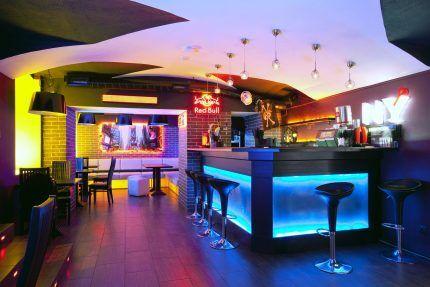 Разноцветная подсветка в баре