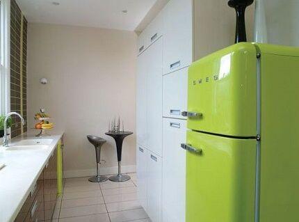 Двухдверный холодильник Смег на кухне