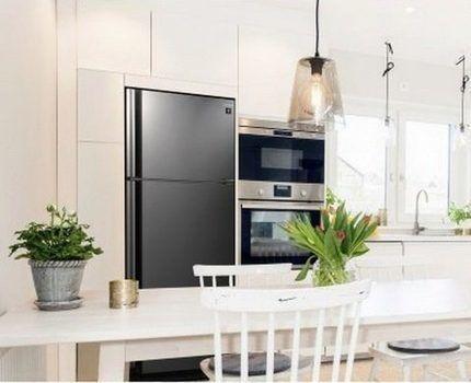 Холодильник Шарп на кухне