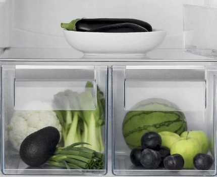 Контейнеры и полки в холодильнике Электролюкс