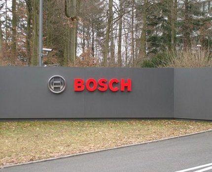 Логотип компании при въезде в штаб-квартиру