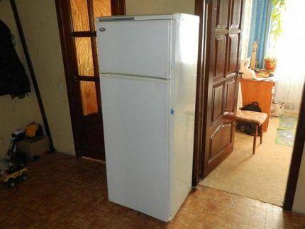 Холодильник с логотипом Минск в стандартной квартире