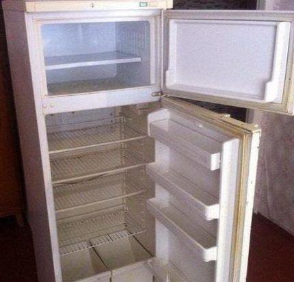 Старый двухкамерных холодильник