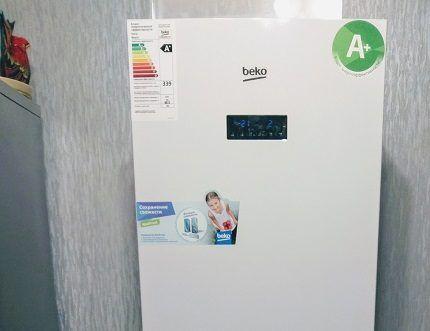 Информационные наклейки на корпусе холодильника