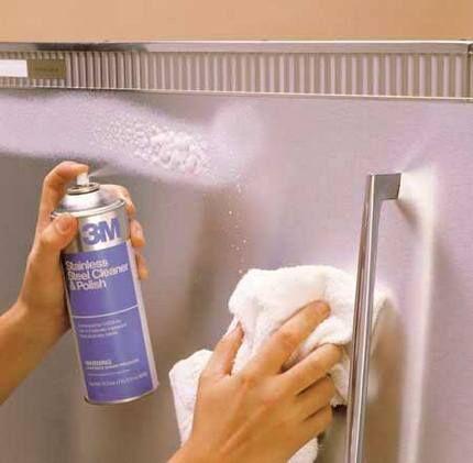 Процесс чистки холодильника