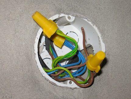 Осмотр проводов выключателя