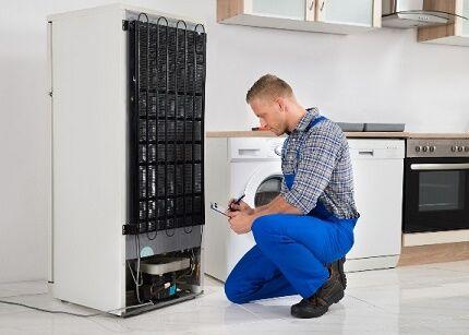 Осмотр холодильника при поиске поврежденной изоляции