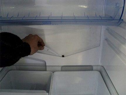 Расположение отверстия дренажной системы холодильника