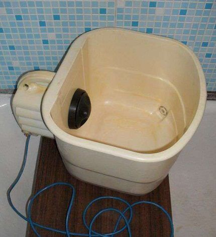 Малютка в ванной комнате