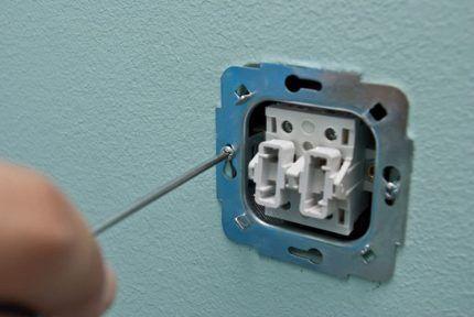 Установка выключателя в подрозетник