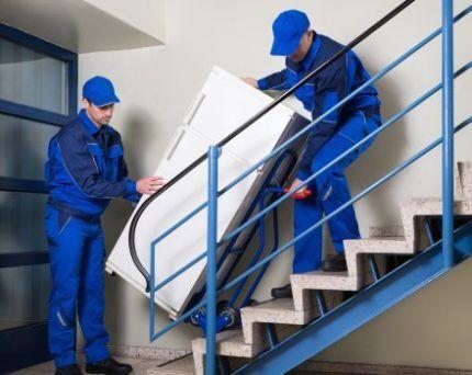 Спуск холодильника с лестницы