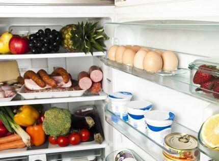 Продукты на полках холодильника