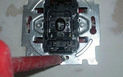 Закрепление шасси выключателя