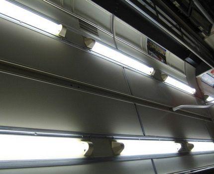 Люминесцентные лампы в помещении