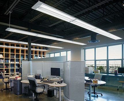 Офис, освященный люминесцентными лампами