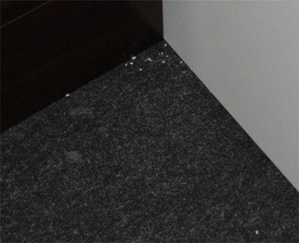 Плохоочищенный от мусора угол комнаты