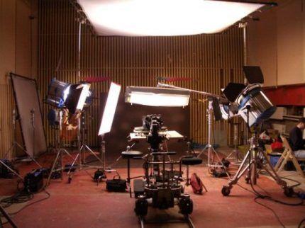 Мощные прожекторы на площадке для съемки