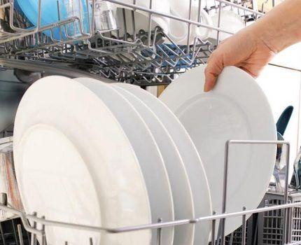 Тарелки в лотке посудомойки