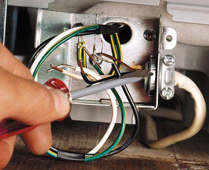 Процесс ремонта посудомоечной машины