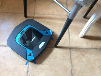 Робот Philips 8794 убирает плитку