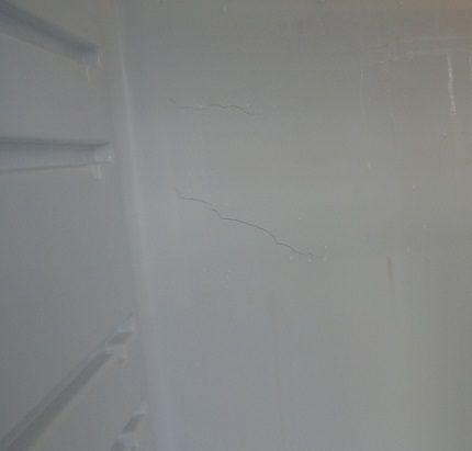 Трещины внутри камеры холодильника