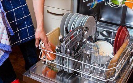 Посуда после мытья с ополаскивателем
