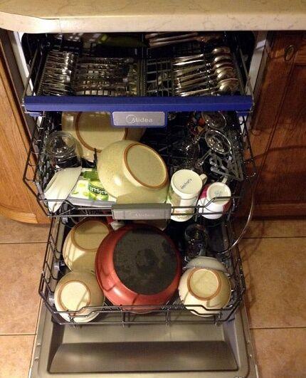 Загрузка посуды в китайскую посудомойку