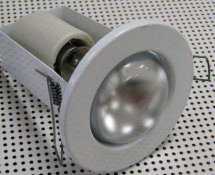 Лампа накаливания в корпусе точечного светильника