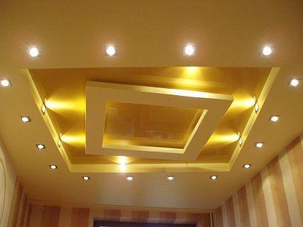 Натяжной потолок с галогенными лампами