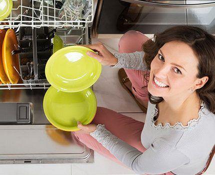 Хозяйка возле посудомоечной машины