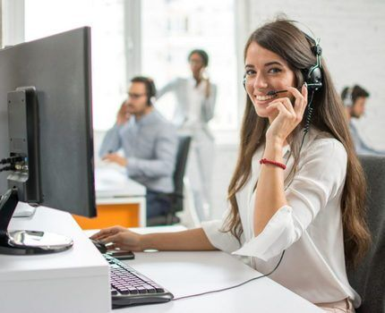 Сотрудница центра поддержки клиентов
