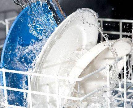 Тарелки в сетке посудомоечной машины