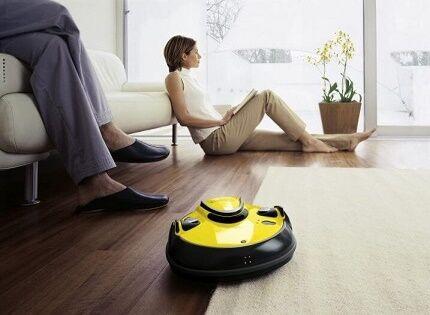 Робот пылесо Керхер убирает пол в квартире