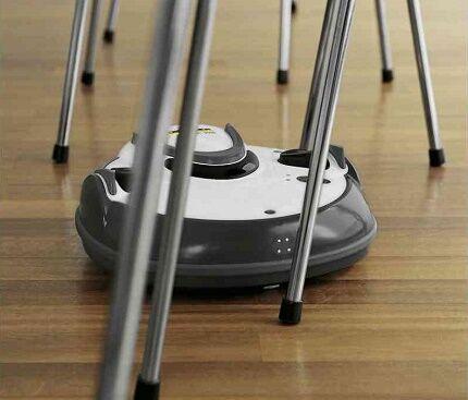 Застрявший в стульях робот пылесос