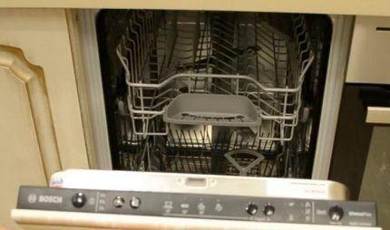 Посудомоечная машина БОШ 2-го поколения с закрытым информационным дисплеем, встроенная в интерьер кухни
