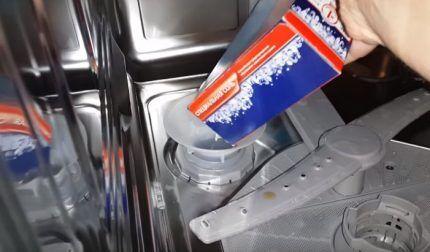 Засыпка соли в посудомойку