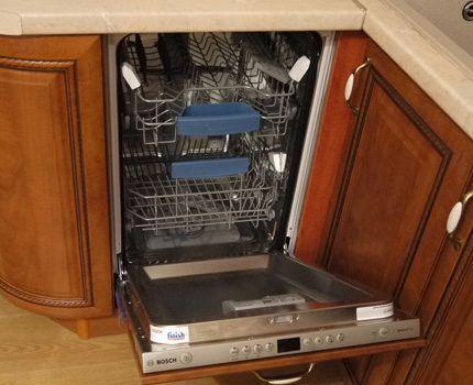 Посудомойка встроена в напольную секцию