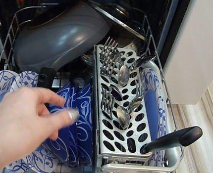 Для мелких столовых приборов отводят отдельный отсек/корзину