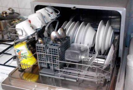 Недорогая посудомойка в интерьере