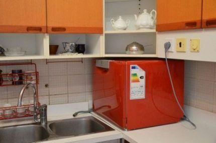 Компактная посудомойка у раковины