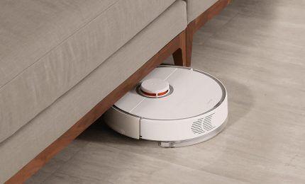 Робот пылесос под мебелью