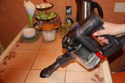 Аккумуляторный пылесос в действии