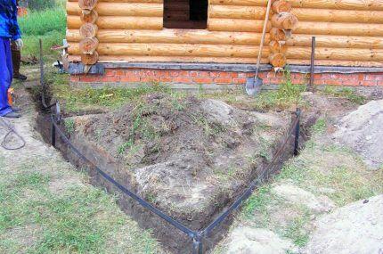 Контур заземления около деревянного дома