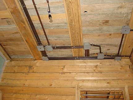 Металлические трубы на потолке