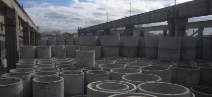 Железобетонные кольца на складе завода