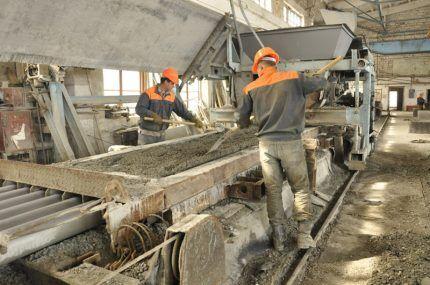 Мастера делают бетонные смеси