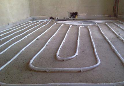 Трубы на ровном чистом полу
