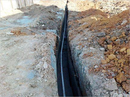 Глубокая траншея для водопровода